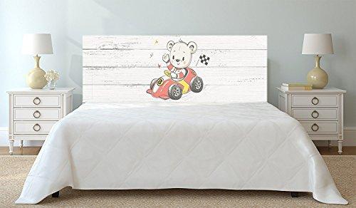 Tête de lit PVC Ours en voiture de course sur bois blanc | 100x60cm | Disponible en différentes tailles | Tête de lit léger, élégant, résistant et économique