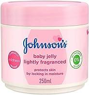 جيلي للاطفال من جونسون يحتوي على نسبة ضئيلة من العطر ويعمل على تهدئة البشرة وترطيبها وحمايتها من طفح الحفاضات،