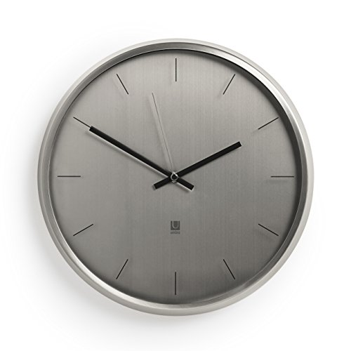 UMBRA Meta Clock. Horloge silencieuse en métal nickel Meta. Dimension : diamètre 32cm épaisseur 3.8cm.