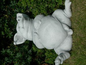 Unbekannt Dekofigur Tierfigur Deko Figur Schwein liegend auf Rücken H 14 cm Gartenfigur aus Beton