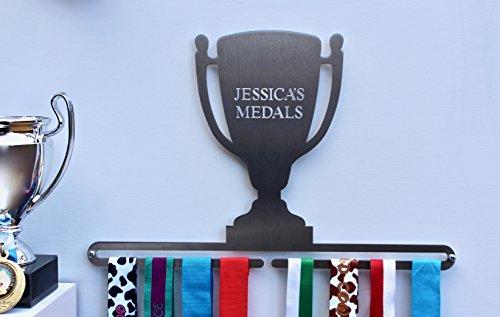 in Trophäenform mit personalisierter Aufschrift, aus gebürstetem Edelstahl, hergestellt in Großbritannien. ()