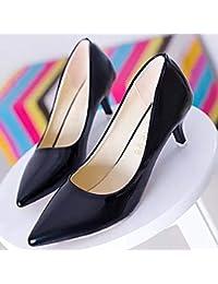 La punta de los zapatos de tacón alto, zapatos de cuero fino con zapatos de