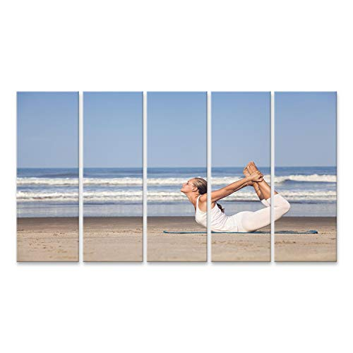 bilderfelix® Bild auf Leinwand Yoga dhanurasana Bogenhaltung durch Frau im weißen Kostüm auf dem Strand nahe dem Ozean in Goa, Indien Wandbild Poster Leinwandbild - Indien Kostüm Bilder