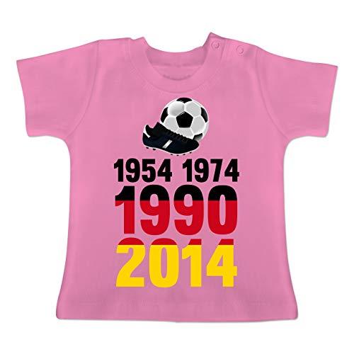 Fußball-Europameisterschaft 2020 - Baby - 1954, 1974, 1990, 2014 - WM 2018 Weltmeister Deutschland - 1-3 Monate - Pink - BZ02 - Baby T-Shirt Kurzarm