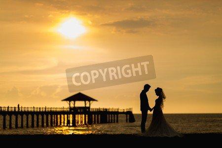 """Holz-Bild 60 x 40 cm: """"Bride and groom honeymoon on the beach"""", Bild auf Holz"""