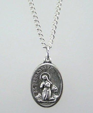 ST Bernadette Medaille und 45,7cm Kette. Heiligtum der Lady of Lourdes auf der Rückseite. Lourdes Medaille und Kette. Unsere Lady und Saint Bernadette Medaille.