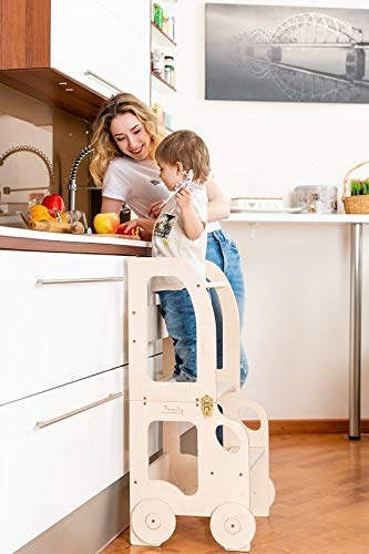 Toddler in family Lernturm - Tavolo e Sedia Montessori Learning Tower