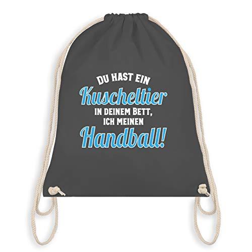 Handball WM 2019 Kinder - Du hast dein Kuscheltier im Bett, ich meinen Handball! - Unisize - Dunkelgrau - WM110 - Turnbeutel & Gym Bag (Auf Einem Standard-bett In Einem Beutel)