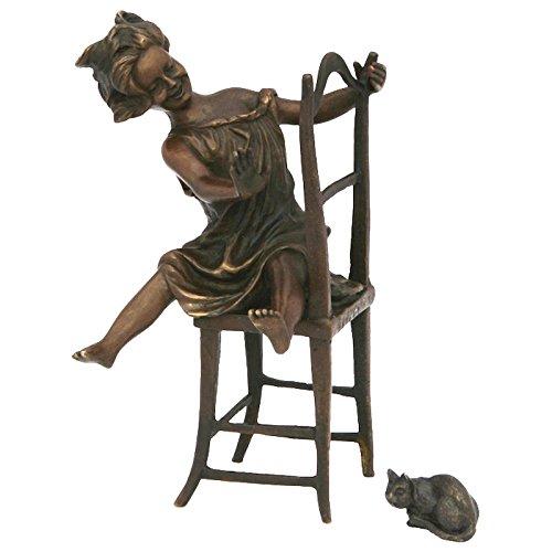 Ellas-Wohnwelt Freches kleines Mädchen mit Katze auf Stuhl Bronze Statue witzige Deko Figur