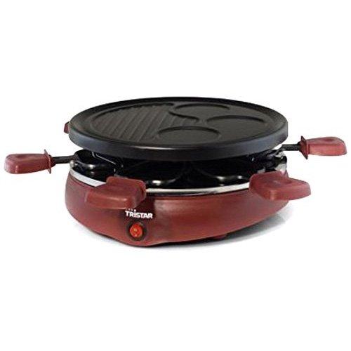 Raclette Tristar RA-2991 - Pour 6 personnes - Gril et plaque de cuisson avec zone pour les crêpes L'appareil à raclette Tristar RA-2991 est un appareil pratique avec six coupelles à pierrade et une plaque de gril avec trois zones pour faire de délicieuses crêpes, des pancakes ou des omelettes. Cet appareil à raclette polyvalente est adapté pour 6 convives. Raclette multifonctions L'appareil à raclette Tristar est très polyvalent grâce à ses diverses possibilités. Vous pouvez utiliser les petites coupelles avec revêtement antiadhésif que vous pouvez placer sous le gril. Le dessus de l'appareil à raclette est constitué d'une plaque de gril avec revêtement antiadhésif que vous pouvez utiliser pour griller différents aliments. Grâce aux formes rondes dans la plaque de gril, il est aussi parfaitement adapté pour faire des crêpes ou des omelettes. Pour 6 personnes L'appareil à raclette RA-2991 est adapté pour 6 personnes, tout le monde peut alors choisir de faire des grillades ou de la pierrade. Vous pouvez bien sûr également utiliser les deux modes de cuisson. Faites cuire un œuf dans la forme sur le gril, grillez un morceau de viande sur le gril et cuisez quelques légumes dans une coupelle. L'appareil à raclette a un diamètre de 25 cm et la forme ronde permet à chacun d'atteindre la plaque. Pratique à l'utilisation L'appareil à raclette est aussi très pratique à utiliser. Vous pouvez le faire fonctionner à l'aide de l'interrupteur marche/arrêt, et le témoin lumineux vous indique en un coup d'œil si la bonne température est atteinte. Grâce à sa puissance de 800W, l'appareil à raclette atteint rapidement la température désirée. Et ses pieds antidérapants font que l'appareil à raclette est bien stable sur le plan de travail. Tristar vous offre une garantie de 24 mois sur tous ses produits. Contenu de l'emballage: Appareil à raclette Tristar, coupelles à pierrade (6x), plaque de gril amovible, mode d'emploi Raclette multifonctions avec laquelle vous pouvez faire de la pierr