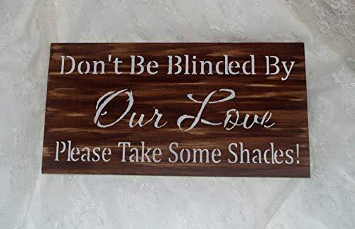 CELYCASY Schild mit Aufschrift Don't be Blinded by Our Love Please take Some Shades/braun-weiß für Hochzeit/Sonnenbrillen/Korb/Holzschild/Foto-Requisite, rustikales gebeiztes Holz
