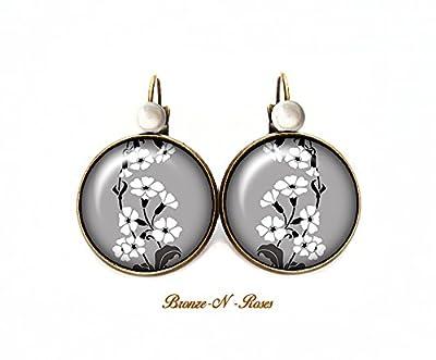 Boucles d'oreilles * petites fleurs blanches * cabochon bronze fond gris dormeuses verre