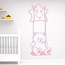 IDEAVINILO - vinilo decorativo infantil: Un simpático osito sentado en un columpio que cuelga de una estrellita sonriente Medidas: 50x115 cm