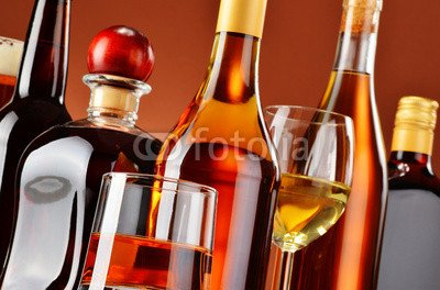 alu-dibond-bild-140-x-90-cm-bottles-and-glasses-of-assorted-alcoholic-beverages-bild-auf-alu-dibond