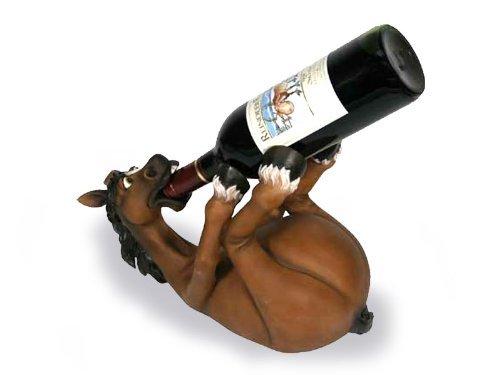 Der originelle Weinflaschenhalter als Pferd das sich besäuft
