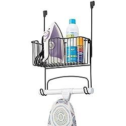 mDesign Soporte para mesa de planchar – Mueble de planchado para plancha, tabla y productos de limpieza – Soporte para plancha para puertas – Práctico colgador de puerta de metal – negro mate