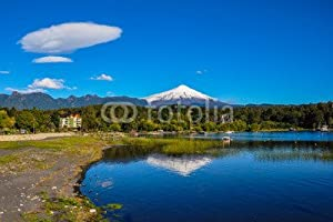 pucon: Diseño de volcán Villarrica, viewed from Pucón, Chile (70005954), lona, 120 x 80...