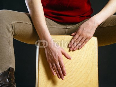 "Alu-Dibond-Bild 80 x 60 cm: ""Closeup of a woman playing the Cajon"", Bild auf Alu-Dibond"