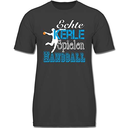 Sport Kind - Echte Kerle Spielen Handball weiß - 164 (14-15 Jahre) - Anthrazit - F130K - Jungen Kinder T-Shirt
