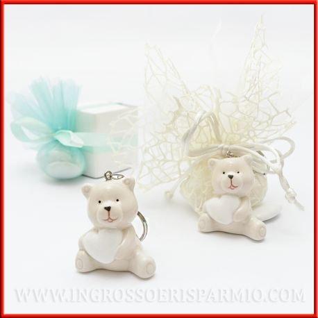 Portachiavi in resina colorata a forma di orsetto beage che regge un cuore bianco,con gancio in metallo - bomboniera comunione,battesimo,nascita,compleanno (kit 12 pz + confezione)