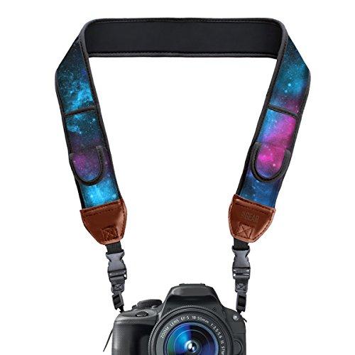 USA Gear Kameragurt für Spiegelreflexkameras: Schultergurt aus Neopren mit Zubehörtaschen, Galaxy-Muster und Quick-Release-Schnallen für DSLR von Nikon, Canon und mehr