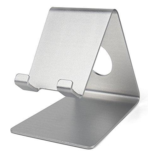 DuraGadget silberfarbiger Tisch-Stand mit Durchlass für Kabel für IFA 2015 ARCHOS 50 Cesium, 50e Helium, Diamond Plus und Diamond S / S6 edge+ (August 2015) Smartphones