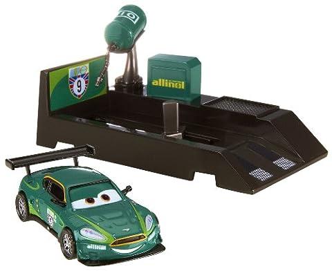 Disney Cars 2 V3661 Pit Stop Fahrzeug Nigel Gearsley mit Startrampe (Diecast Pit)