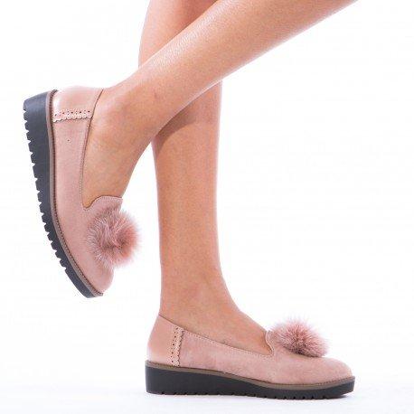 Ideal Shoes - Slippers bimatière avec pompon Saliana Rose