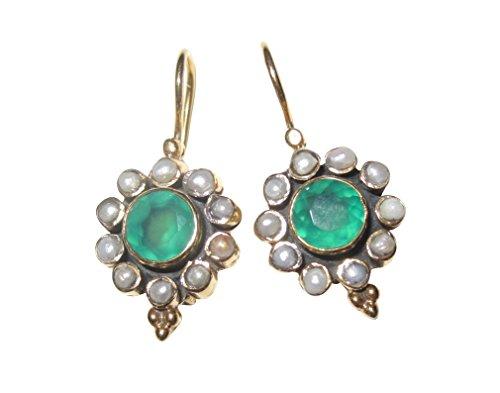 Graziosi orecchini placcato oro con una bella agata verde e piccole perle di acqua dolce, oro realizzazione di lavoro