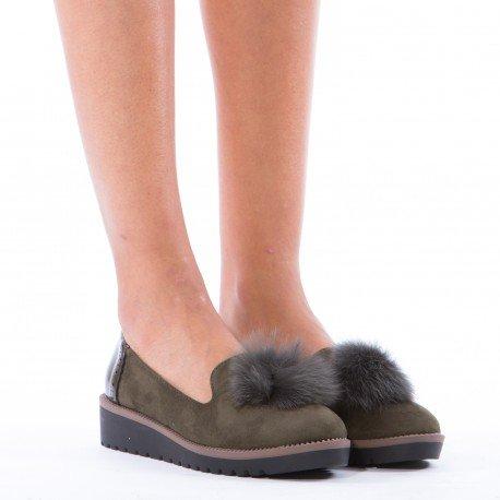 Ideal Shoes - Slippers bimatière avec pompon Saliana Vert