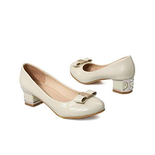 AllhqFashion Damen Rund Zehe Niedriger Absatz Lackleder Rein Ziehen Auf Pumps Schuhe Cremefarben