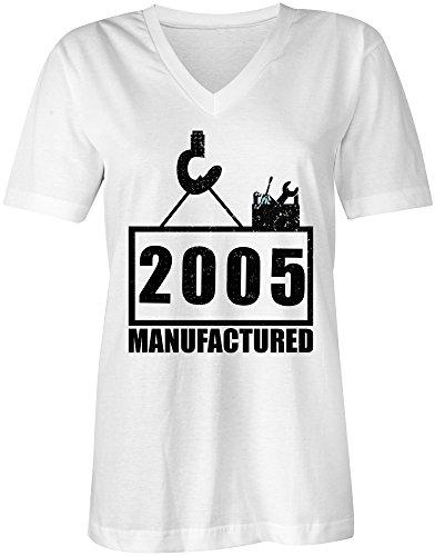 Manufactured 2005 - V-Neck T-Shirt Frauen-Damen - hochwertig bedruckt mit lustigem Spruch - Die perfekte Geschenk-Idee (02) weiss