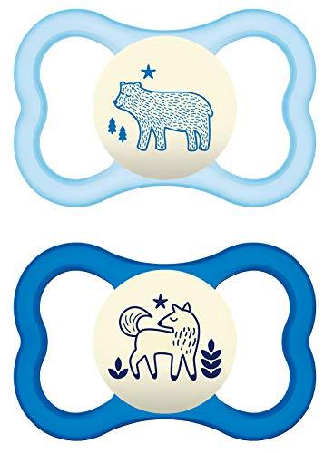 MAM Air Night Silikon Schnuller im 2er-Set, leuchtender Baby Schnuller, extra leichtes und luftiges Schilddesign mit Schnullerbox, 6 - 16 Monate, blau