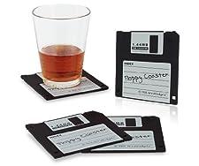 Das ultimative Deko-Accessoire für PC-Nostalgiker. Vier Silikon-Untersetzer im Design der 3,5 Zoll Diskette.  Ab 1986 diente die 3,5 Zoll Floppy Disk als Standard für den mobilen Datentransfer für bis zu 1,44 MB. Bis alles - vom Betriebssystem über U...
