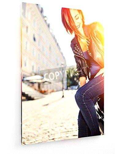 Biker Mädchen in Einer Lederjacke auf Dem Motorrad Sitzt - 50x75 cm - Textil-Leinwandbild auf Keilrahmen - Wand-Bild - Kunst, Gemälde, Foto, Bild auf Leinwand - Menschen