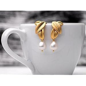 Elegante Perlen-Ohrringe/romantischer Perlen-Schmuck/Brautschmuck: Traumhafte, matt vergoldete Blatt-Ohrstecker mit echten Süßwasser Tropfen-Perlen, das perfekte Geschenk