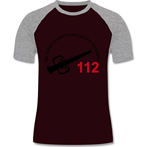 Feuerwehr - Wir haben immer Druck auf dem Schlauch - zweifarbiges Baseballshirt für Männer Burgundrot/Grau meliert