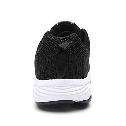 Le scarpe da sport invernali e invernali degli uomini indossano scarpe da fiato degli studenti che smorzano Black