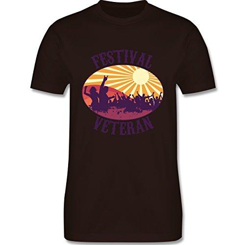 Festival - Festival Veteran Badge - Herren Premium T-Shirt Braun
