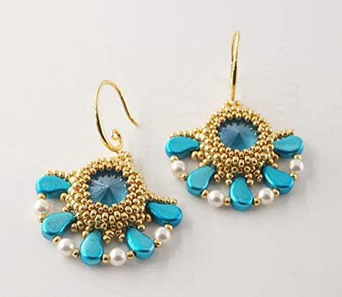 orecchini pendenti fatti a mano in tessitura di perline oro, azzurre e bianche con cristallo celeste tondo