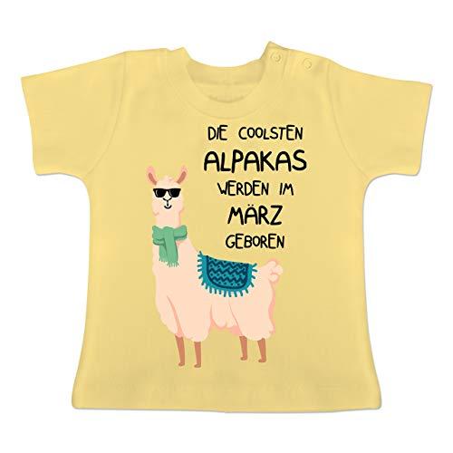 Geburtstag Baby - Die coolsten Alpakas Werden im März geboren Sonnenbrille - 3-6 Monate - Hellgelb - BZ02 - Baby T-Shirt Kurzarm