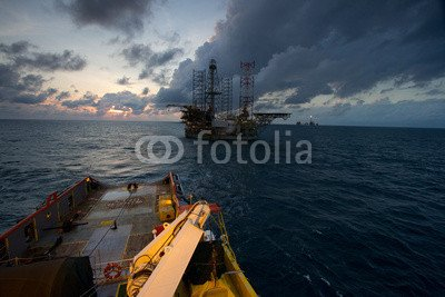 poster-bild-90-x-60-cm-an-offshore-vessel-ahts-towing-the-oil-and-gas-platform-bild-auf-poster