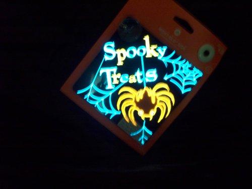 Funkelndes Night Glo Schild-Spider-Spooky behandelt