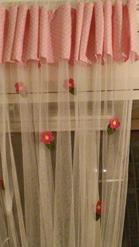 Debbieci tenda per la cameretta cm 280 per cm 300 ca in rete leggera con mantovana di cotone 100% fondo rosa con pois bianchi e impreziosita da dieci fiorellini fatti all'uncinetto in polipropilene nei colori giallo, rosa shocking e verde prato