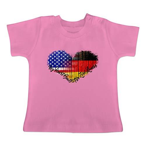 Flaggen - Deutsch-Amerikanische-Flagge-Herz - 18-24 Monate - Pink - BZ02 - Baby Baumwoll T-Shirt