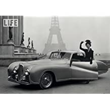 Postkarte A6 +++ SCHWARZ-WEISS von modern times +++ MODEL AND AUTOMOBILE AT THE EIFFEL TOWER 1947 +++ PAPER ROSE © LINCK, Tony