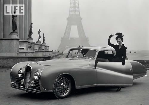 postkarte-a6-schwarz-weiss-von-modern-times-model-and-automobile-at-the-eiffel-tower-1947-paper-rose