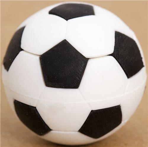 cooler schwarz-weißer Fußball Radiergummi von Iwako