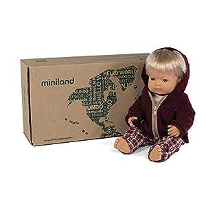 Miniland ropita y complementos Set de regalo: Muñeco bebé con rasgos europeos y conjunto de camiseta, pantalón y chaqueta. (31205)