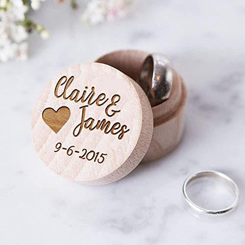 Esta hermosa caja de joyería de cristal es un expositor único para tus preciosos anillos de boda. Es un recuerdo perfecto y atemporal de tu gran día.